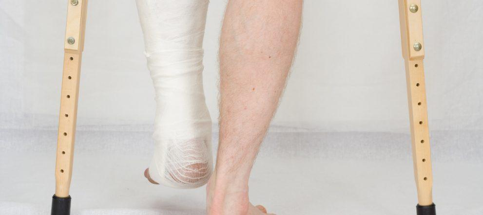 骨折と松葉杖